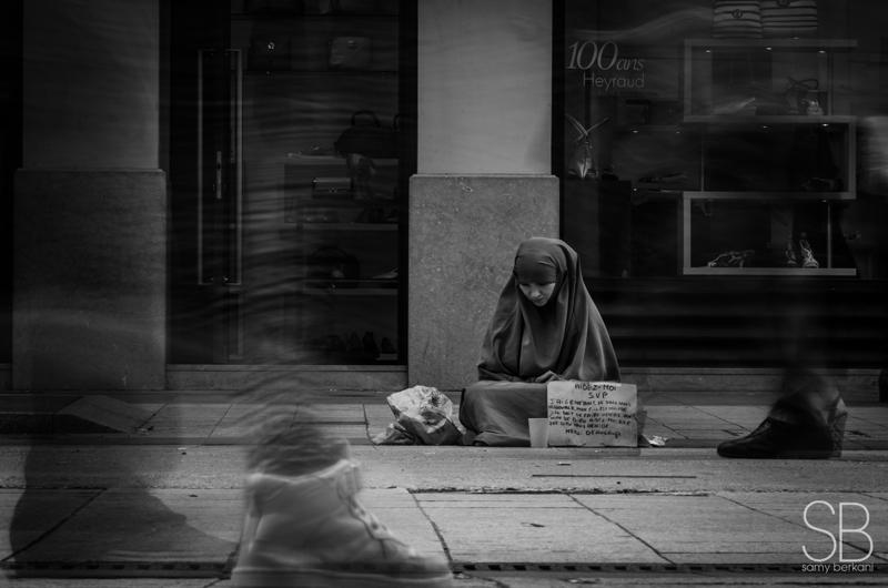 Une photographie de rue avec effet de flou de bougé